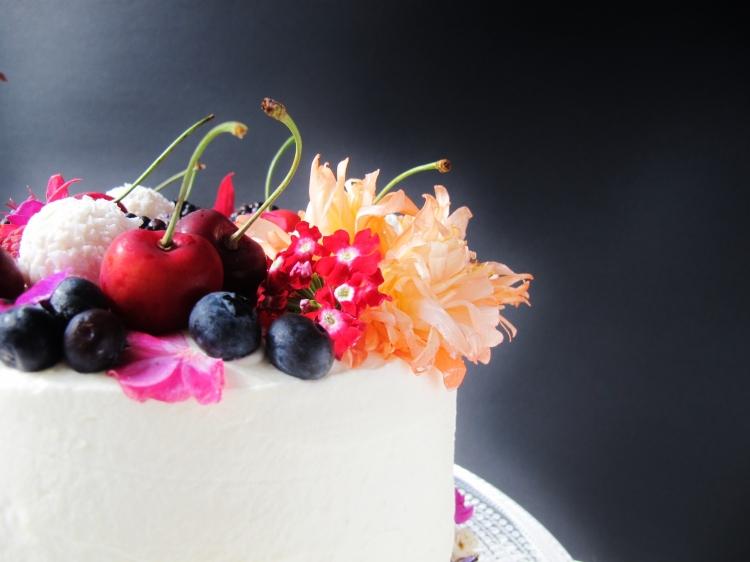 Schoko Himbeer Torte mit echten Blumen