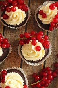 Brownie-Vanille-Johannisbeer-Cupcakes