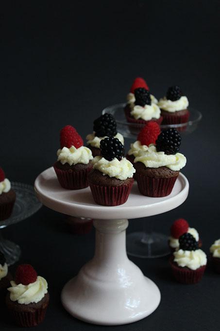 Schokocupcakes mit Frischkäsefrosting und Beeren